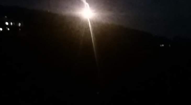 النشرة: الجيش الإسرائيلي لا يزال يطلق من حين لآخر من مواقعه داخل مزارع شبعا القنابل المضيئة