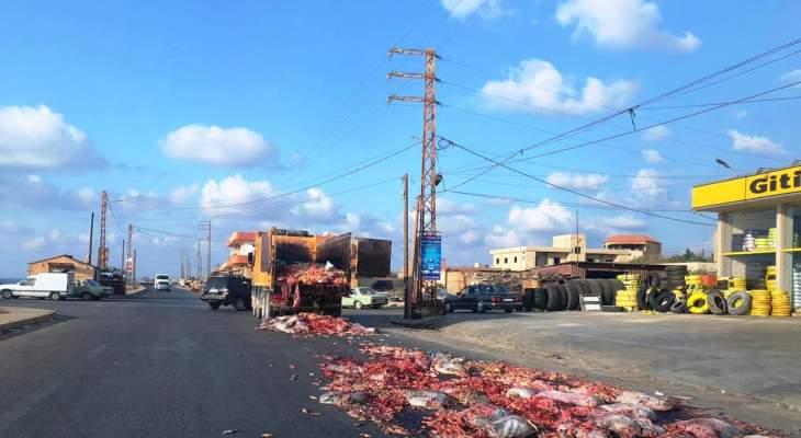 اليازا: انقلاب أحشاء بقايا دجاج على الطريق البحرية في منطقة العبدة- عكار