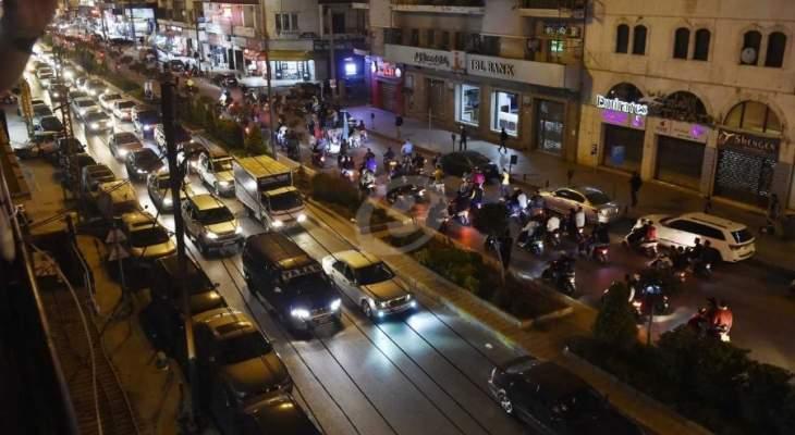 متظاهرون جابوا شوارع طرابلس وتوقفوا امام منزل ريفي ورددوا شعارات ضده