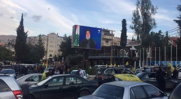 النشرة: تجمّع سيارات للانطلاق بمسيرة في شوارع بعلبك تزامنا مع انتهاء كلمة نصرالله