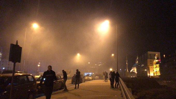 المحتجون يرشقون القوى الامنية بالحجارة بكثافة في محيط ساحة الشهداء