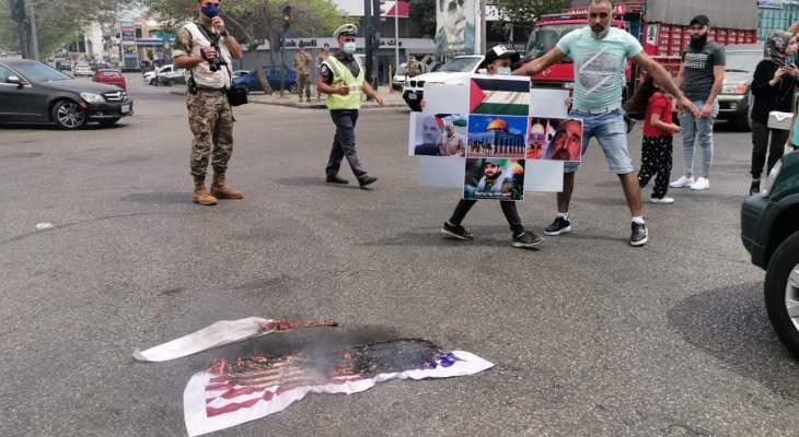 النشرة: ناشطون نظموا وقفة تضامنية مع فلسطين عند دوار ايليا في صيدا
