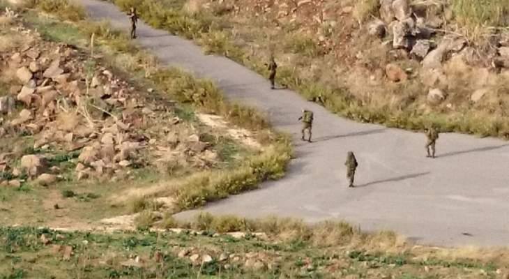 النشرة: قوة إسرائيلية تؤازرها كلاب بوليسية اجتازت السياج التقني داخل مستعمرة المنارة