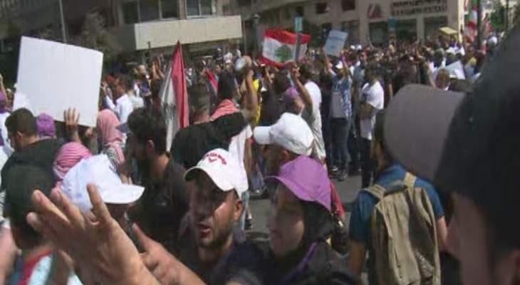 تجدد التدافع بين المتظاهرين والقوى الامنية امام السراي الحكومي