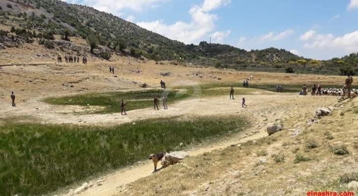 النشرة: أشخاص عدة اقتحموا بوابة السياج الحدودي بمزارع شبعا ورفعوا أعلاما لبنانية وفلسطينية وحزبية
