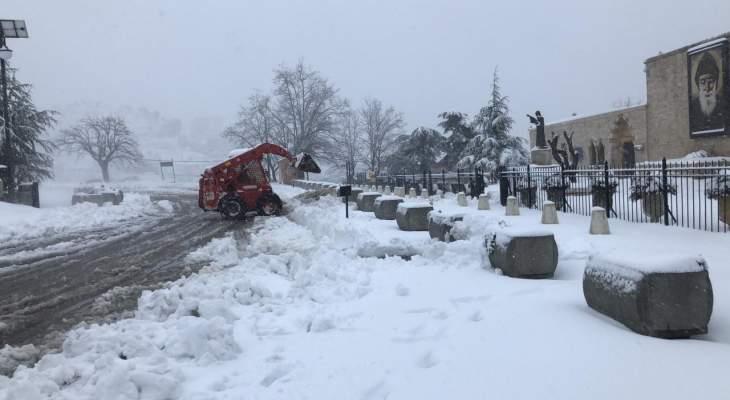 الدفاع المدني: العمل على إزالة الثلوج التي تراكمت على طريق عام عنايا بجبيل