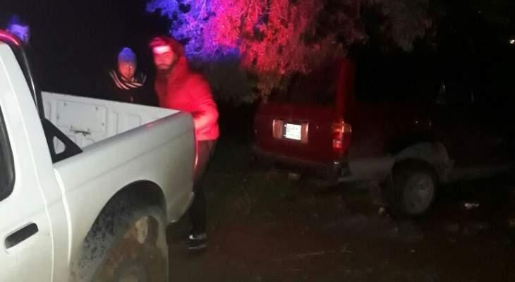 قوى الامن: انقاذ احد المواطنين علقت سيارته بالوحل في منطقة ددة