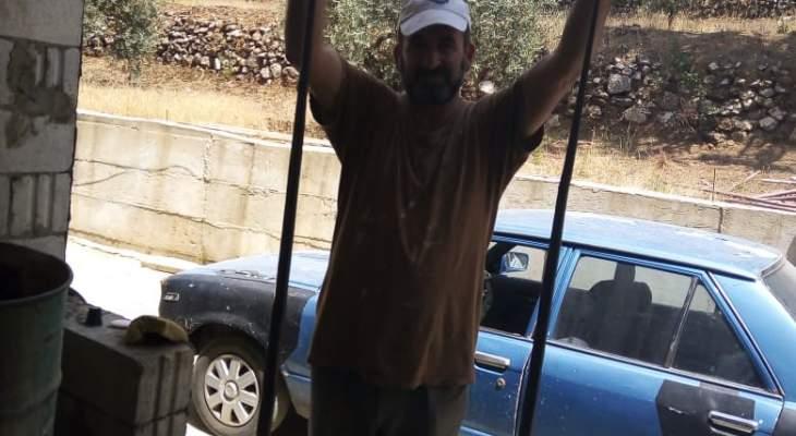 مواطن يقتل ثعبانين بالقرب من منزله بعين قنيا
