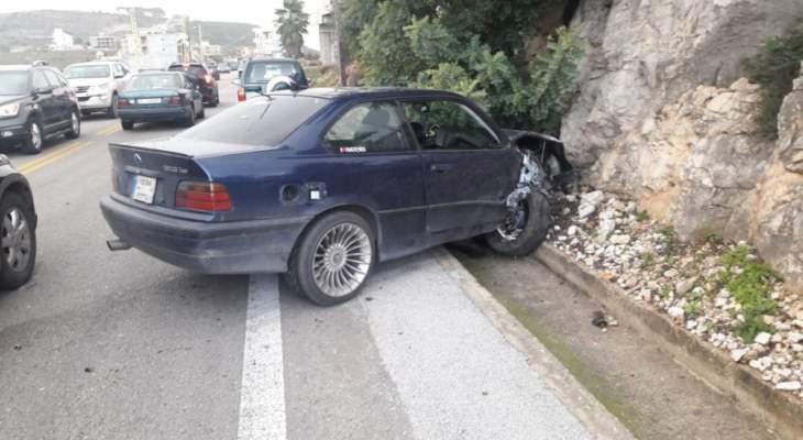 جريح نتيجة حادث اصطدام سيارة بحائط على طريق عام القطراني- السريرة