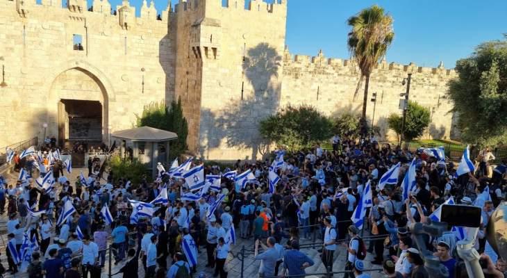 وصول مسيرة الأعلام لباب العامود واشتداد المواجهات مع المقدسيين وسقوط 17 جريحا