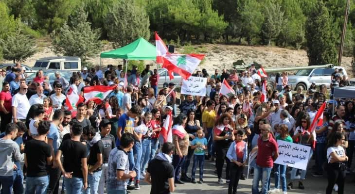 اعتصام عند دوار بعقلين بيت الدين ينظم حواجز محبة ويقيم الخيم
