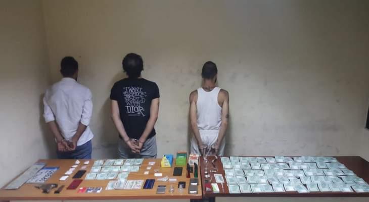 توقيف موزع مخدرات وأحد المروجين وزبائنه في عملية نوعية لشعبة المعلومات في برج حمود والأشرفية