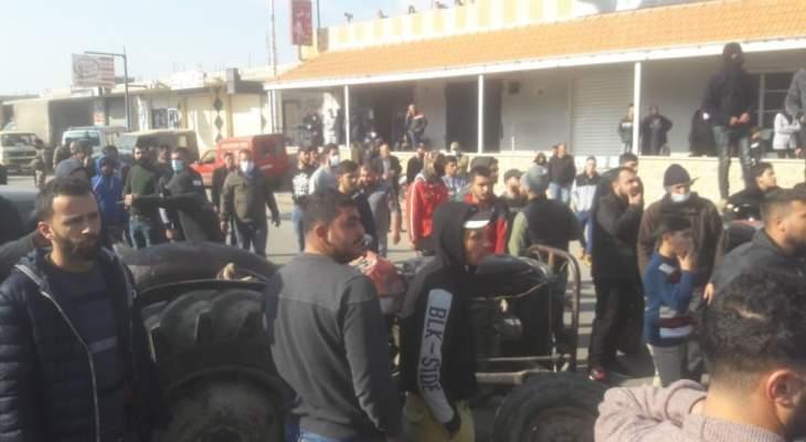 اعتصام لاهالي النبي عثمان احتجاجا على سقوط ضحايا السرعة الزائدة على اوتوستراد بعلبك حمص