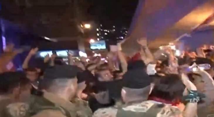 تدافع بين المتظاهرين والجيش اللبناني في محلة جل الديب