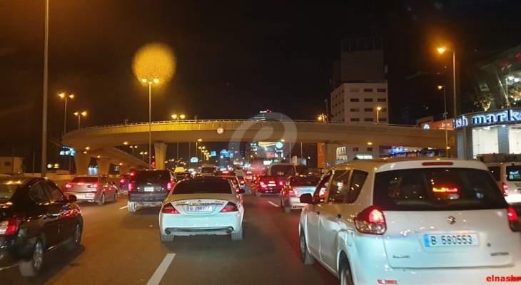 تجمع عدد من المحتجين عند جسر جل الديب احتجاجا على تكليف الحريري تشكيل الحكومة