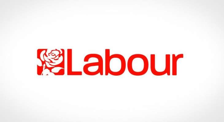 """حزب العمال البريطاني يطالب بفتح تحقيق حول """"عناق وتقبيل وزير لمساعدته"""""""