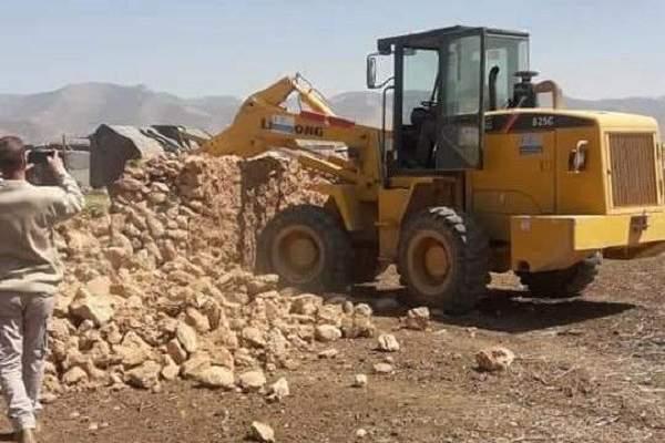 شرطة بلدية القاع أزالت مخالفة بناء على أملاك البلدية بمشاريع القاع شيدها نازحون