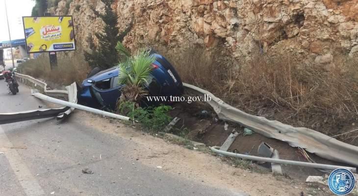 اصطدام سيارة بعامود إنارة وانقلابها على اوتوستراد الجية والأضرار مادية
