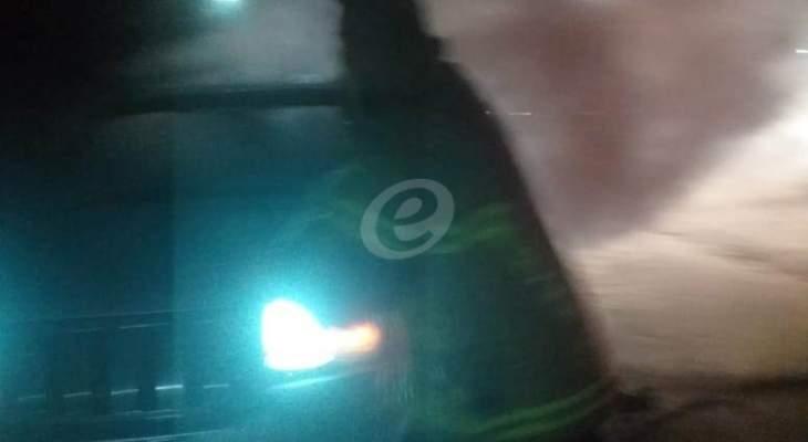 النشرة: الدفاع المدني يعمل على إخماد حريق شب في سيارة بزحلة
