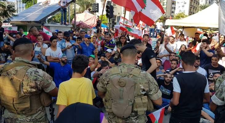 النشرة: المعتصمون بصيدا حيوا عناصر الجيش عند تقاطع إيليا وقدموا لهم الورود والمياه