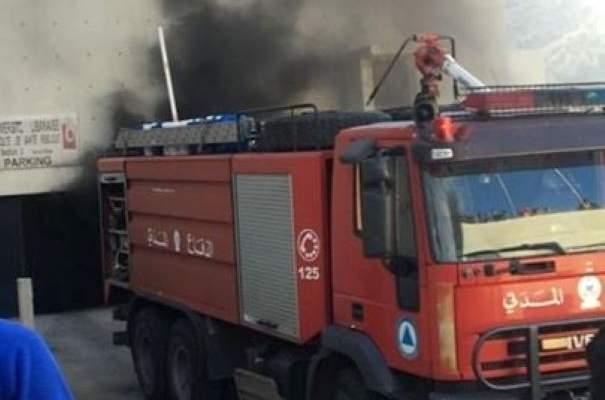 إخماد حريق في بناء تجاري على أوتوستراد خلدة