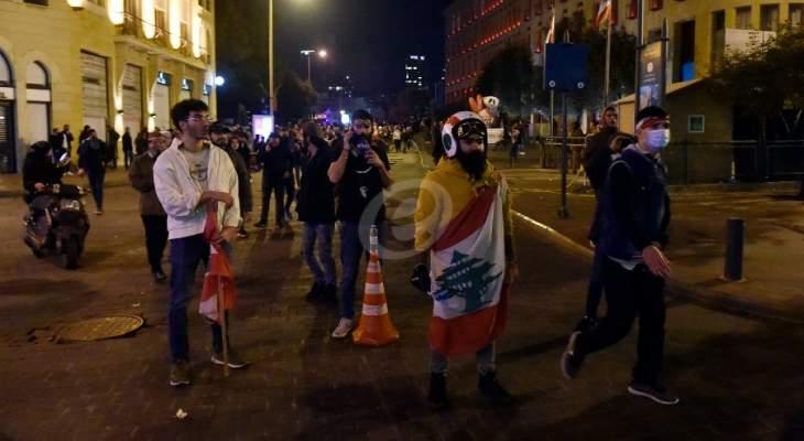 النشرة: والدة زوجة أحد الزعماء دعت لمظاهرة في فرنسا تضامنا مع المتظاهرين في لبنان