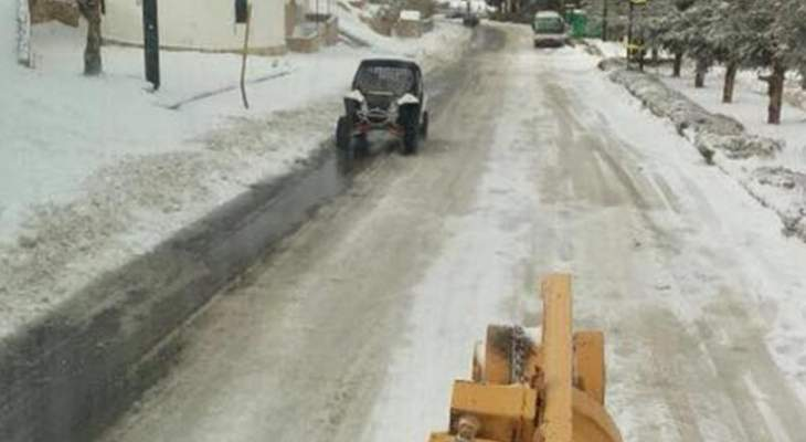 الدفاع المدني:جرف الثلوج التي تراكمت على طرقات عيون السيمان وفاريا وفقرا