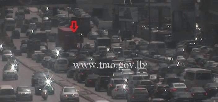 تصادم بين شاحنة ومركبة على اوتوستراد الكرنتينا باتجاه الدورة والاضرار مادية