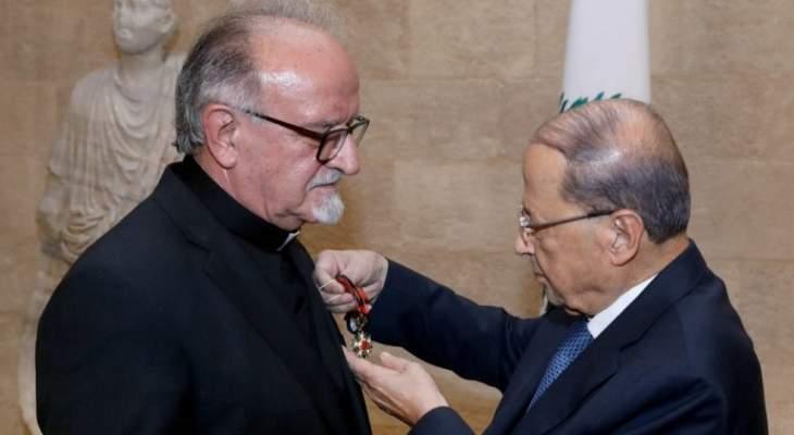 الرئيس عون منح الأب مبارك وسام الأرز الوطني تقديراً لأعماله التربوية والوطنية والعلمية