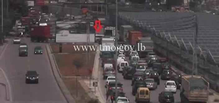 تصادم بين مركبتين على اوتوستراد الرئيس لحود باتجاه الكرنتينا والاضرار مادية