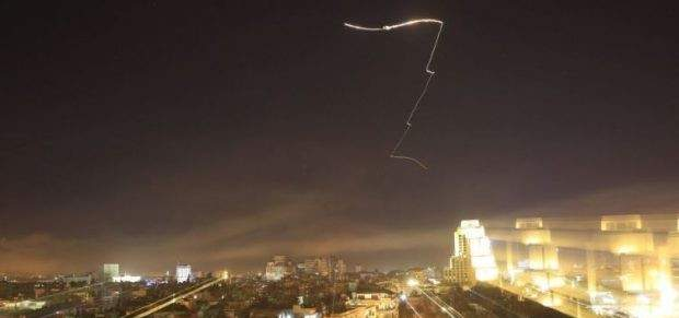 سانا: الدفاعات الجوية السورية تصدت لاهداف معادية واسقطت عددا منها