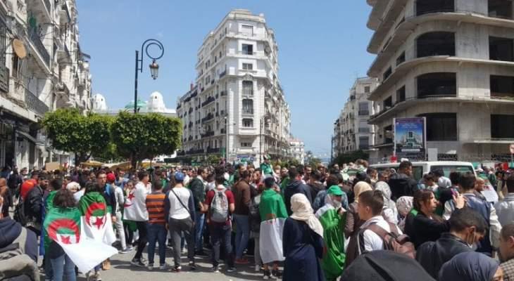 آلاف الطلاب يتجمعون في وسط العاصمة الجزائرية رغم الانتشار الكثيف للشرطة