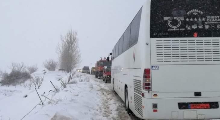 الدفاع المدني ينقذ مواطنين محاصرين بالثلوج على طريق حدث الجبة تنورين