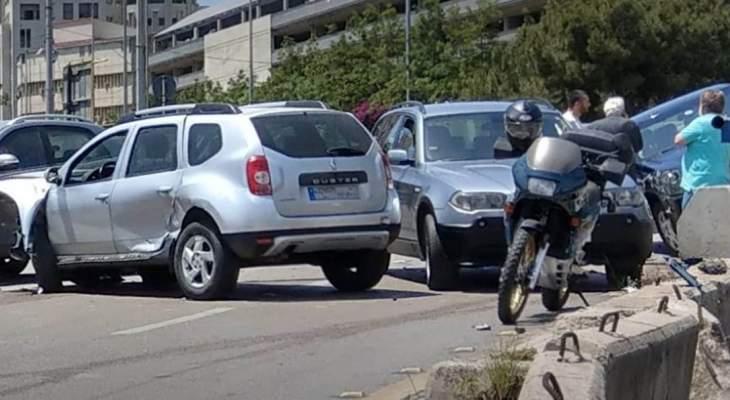 النشرة: اصطدام سيارة بالرصيف على اتوستراد الياس الهراوي والاضرار مادية