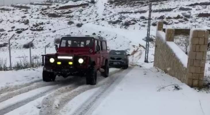 الدفاع المدني يسحب سيارة احتجزتها الثلوج في كسارة