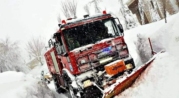 الدفاع المدني سحب سيارة علقت في الثلوج على طريق عام ميروبا