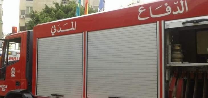 الدفاع المدني: إخماد حريق سيارة قديمة داخل كسر للسيارات في المكلس