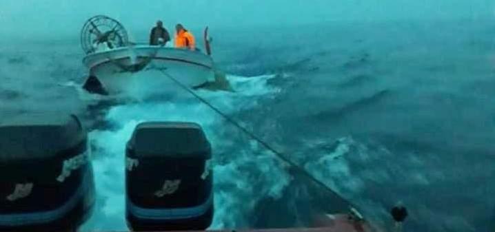 الدفاع المدني: سحب زورق لصيد الأسماك إلى ميناء صور بعد تعطل محركه