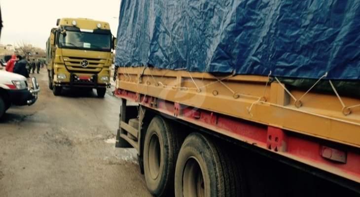 دخول قافلة من المواد الغذائية الى عدد من البلدات بريف درعا