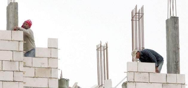 إصابة عامل سوري جراء سقوطه داخل ورشة بناء قيد الإنشاء في الغينة