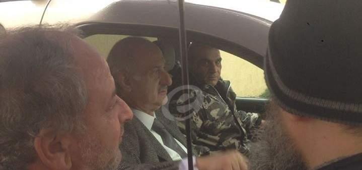 النشرة: النائب رياض رحال محتجز داخل سيارته في موقف وزارة الصحة