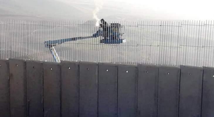النشرة: ورشة إسرائيلية استأنفت تركيب أعمدة حديدية وأسلاك شائكة على طول الجدار العازل