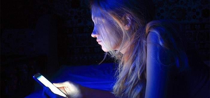 الضوء الأرزق الصادر من شاشات الهواتف يضعف قدرة العين ويسرّع الإصابة بالعمى