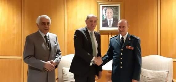 وصول وزير الدفاع الإيرلندي إلى بيروت في زيارة رسمية