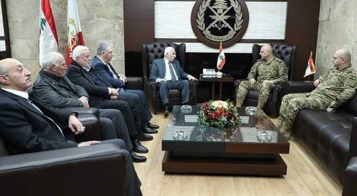 قائد الجيش التقى عزام الأحمد وبحث معه الاوضاع في المخيمات