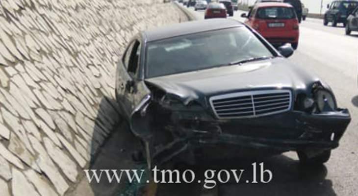 اصطدام سيارة بالفاصل الوسطي على اوتوستراد السعديات باتجاه الجية