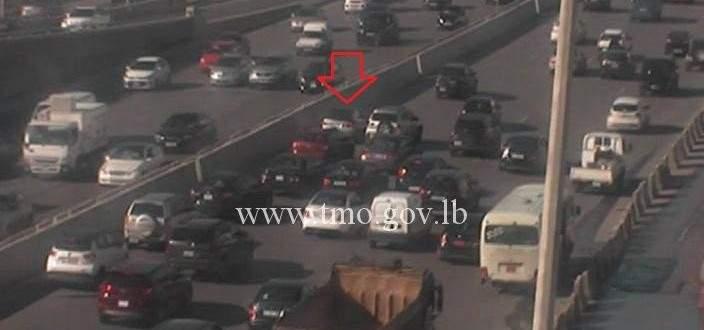 تعطل سيارة على اوتوستراد جل الديب المسلك الشرقي وحركة المرور كثيفة