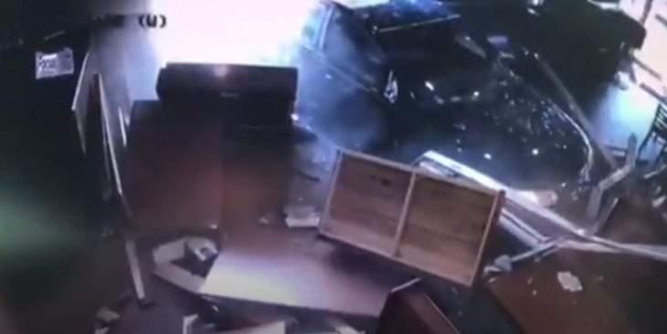 سيارة تقتحم مطعما في فلوريدا وتتسبب بكارثة