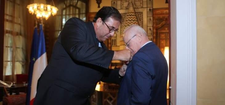 الرئيس الفرنسي منح امين عام جمعية مصارف لبنان وسام جوقة الشرف من رتبة فارس