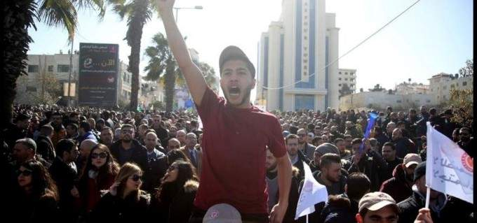 إضراب جزئي في الضفة الغربية احتجاجا على قانون الضمان الاجتماعي